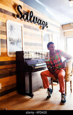 BBERMUDA, Hamilton. Chef Marcus Samuelsson shopping at the shop Urban Cottage located on Front Road in downtown - Stock Photo