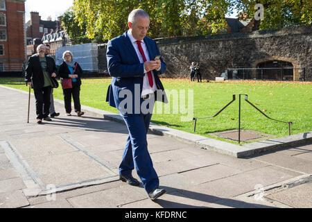 London, UK. 25th October, 2017. John Mann, Labour MP for Bassetlaw, walks across College Green in Westminster en - Stock Photo