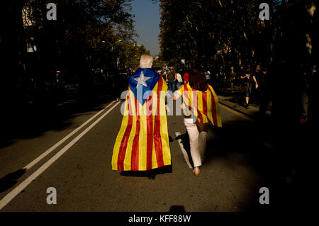 Barcelona, Spain. 27th Oct, 2017. October 27, 2017. People wrapped with estelada and catalan flags walks outside - Stock Photo