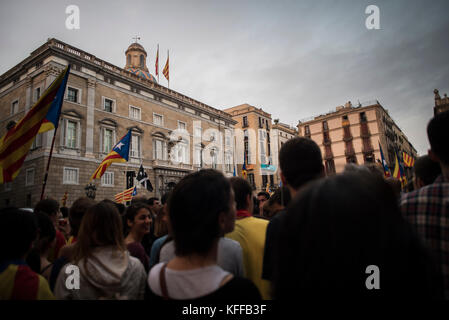Barcelona, Spain. 27th Oct, 2017. Thousands of people celebrate the proclamation of the Republic of Catalonia in - Stock Photo