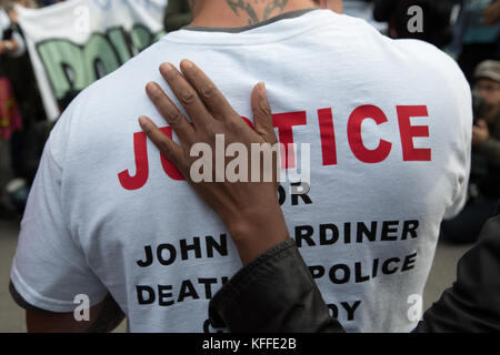 London, UK. 28th Oct, 2017. LONDON, UK 28th October 2017 A man is comforted during a demonstration to remember those - Stock Photo