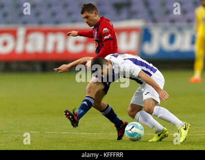 Budapest, Hungary. 28th Oct, 2017. BUDAPEST, HUNGARY - OCTOBER 28: Bojan Sankovic (R) of Ujpest FC competes for - Stock Photo