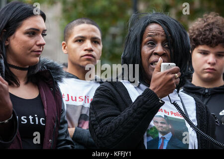 London, UK. 28th October, 2017. Margaret Smith, mother of Jermaine Baker, addresses campaigners from the United - Stock Photo