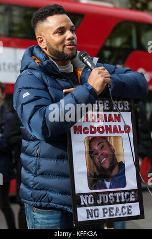 London, UK. 28th October, 2017. Wayne McDonald, brother of Adrian McDonald, addresses campaigners from the United - Stock Photo