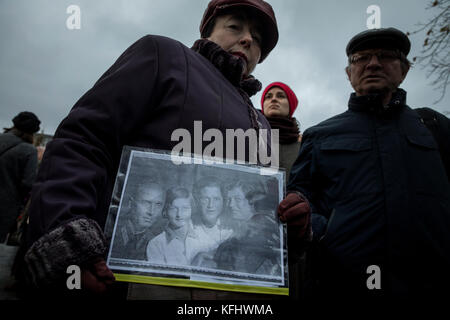 Moscow, Russia. 29th Oct, 2017. People in the 'Return of names' rally stand in the queue on the rostrum at the Solovetsky - Stock Photo
