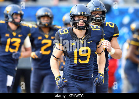 Morgantown, West Virginia, USA. 28th Oct, 2017. West Virginia Mountaineers wide receiver DRUW BOWEN (19) takes the - Stock Photo