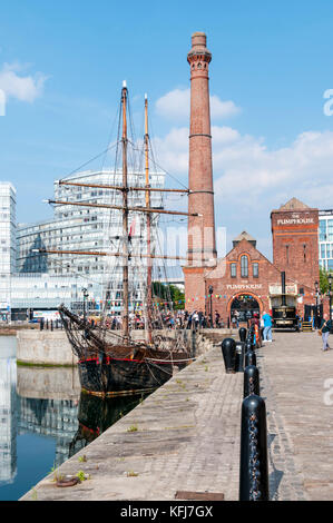 The Canning Dock with restored historic tall ship Zebu and The Pump House public house in Liverpools restored docklands. - Stock Photo
