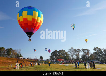 Carolina Balloon Festival, Statesville, North Carolina. Hot air balloons coming in to toss flag in competition. - Stock Photo