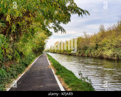 Bicycle path along the Naviglio Grande from Abbiategrasso to Turbigo (Lombardy, Italy), at Robecco sul Naviglio - Stock Photo