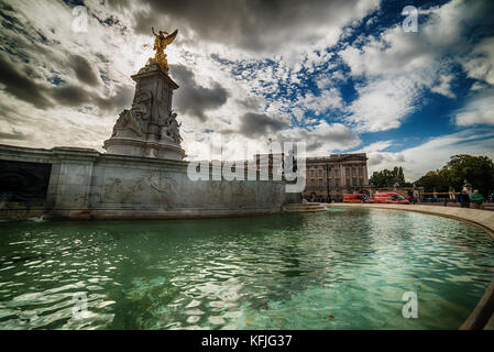LONDON, THE UNITED KINGDOM – 2 OKTOBER, 2017: the Queen Victoria Memorial and Buckingham Palace - Stock Photo
