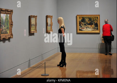 London, UK. 30th Oct, 2017. Visitors at a preview of 'Impressionists in London, French Artists in Exile (1870-1904)' - Stock Photo