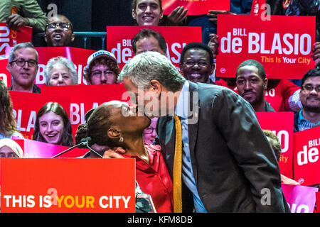New York, USA. 30th Oct, 2017. New York Mayor Bill de Blasio (R) and his wife Chirlane McCray kiss in front of supporters - Stock Photo