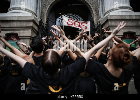 Dancers of the Municipal Theater of Rio de Janeiro protest for the unpayment of the salaries of the theater's staff - Stock Photo