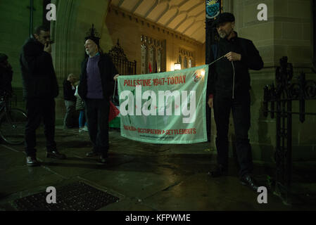 Manchester, UK. 31st Oct, 2017. People participate in a demonstration to commemorate 100 years since the Balfour - Stock Photo