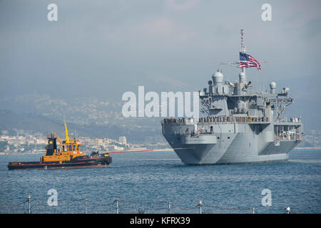 The Blue Ridge-class amphibious command ship USS Mount Whitney (LCC 20) - Stock Photo