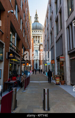 St Paul's Cathedral framed by nearby shops and cafes - Stock Photo