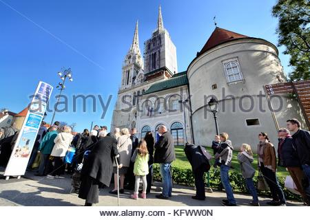 Zagreb, Croatia. 01st Nov, 2017. People waiting in line for the city bus on Kaptol - Zagreb cathedral which drive - Stock Photo