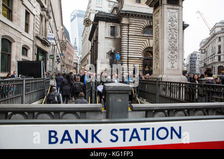 London, UK. 2nd November, 2017. The London Underground station at Bank in the City of London is evacuated due to - Stock Photo