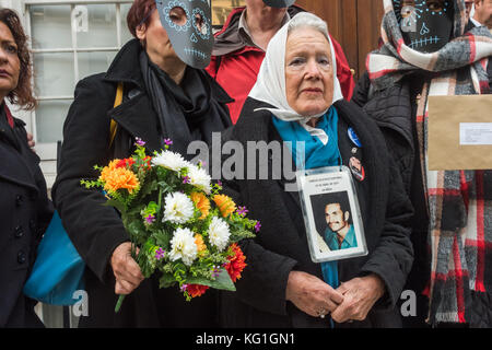 London, UK. 2nd November 2017. Justice Mexico Now vigil at the Mexican Embassy Credit: Peter Marshall/Alamy Live - Stock Photo