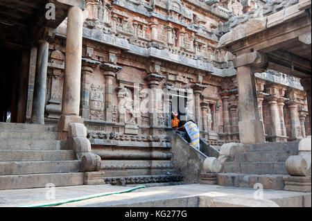 Woman in sari worshipping, doing puja to Lord Ganesh, at shrine on the side of Swaminathaswamy temple, Swamimalai, - Stock Photo