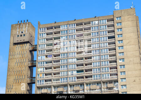 Dilapidated council flat housing block, Balfron Tower, in East London - Stock Photo