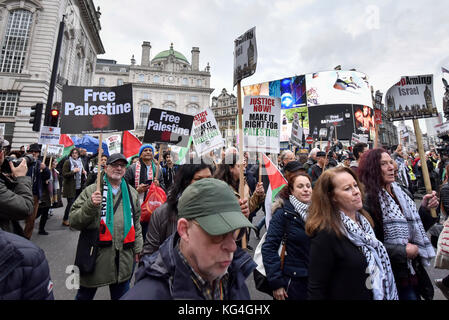London, UK. 4th November 2017.  Demonstrators take part in 'Justice Now: Make It Right For Palestine', a march and - Stock Photo