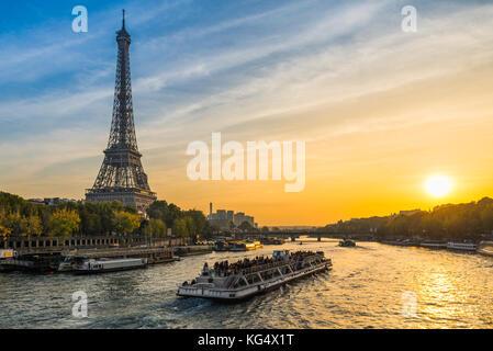 Sunset at the Eiffel tower, Paris - Stock Photo