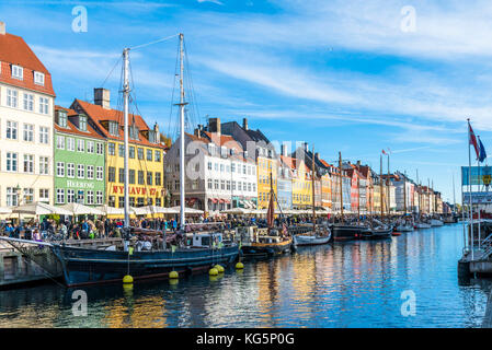 Denmark, Hovedstaden, Copenhagen. Colourful buildings along the 17th century waterfront of Nyhavn - Stock Photo