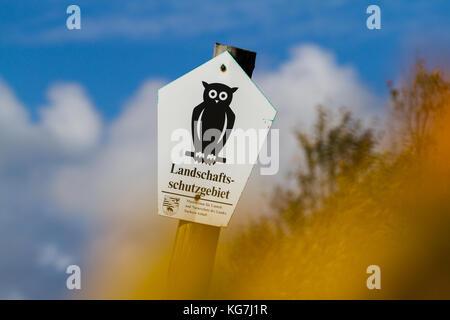 Kennzeichnung Landschaftsschutzgebiet in Sachsen Anhalt Schild auf Holzpfahl - Stock Photo