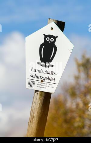 Kennzeichnung Landschaftsschutzgebiet in Sachsen Anhalt Schild auf Holzpfahl