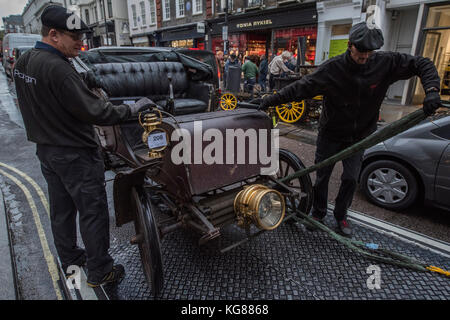 London, UK. 04th Nov, 2017. Vintage cars from a recent Bonhams sale are prepared for transport to Southampton for - Stock Photo