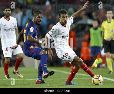Barcelona, Spain. 04th Nov, 2017. Barcelona FC's Paulinho (L) vies for the ball with Jesús Navas of Sevilla during - Stock Photo