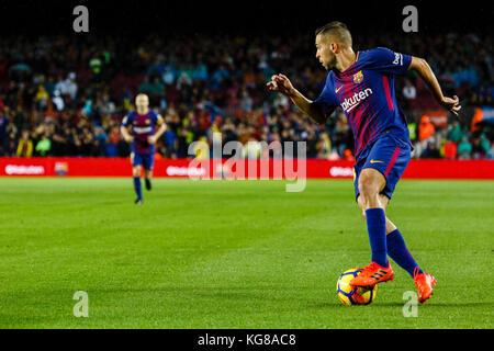 Barcelona, Spain. 04th Nov, 2017. November 4, 2017 - Barcelona, Barcelona, Spain - (18) Jordi Alba (defensa) receives - Stock Photo