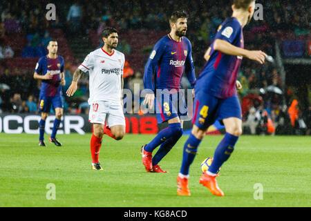 Barcelona, Spain. 04th Nov, 2017. November 4, 2017 - Barcelona, Barcelona, Spain - (03) Gerard Piqué plays the ball - Stock Photo