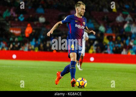 Barcelona, Spain. 04th Nov, 2017. November 4, 2017 - Barcelona, Barcelona, Spain - (04) Rakitic plays the ball during - Stock Photo