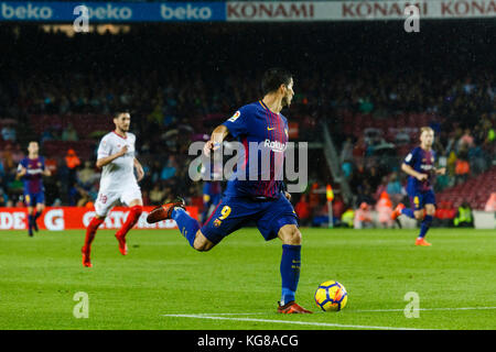 Barcelona, Spain. 04th Nov, 2017. November 4, 2017 - Barcelona, Barcelona, Spain -(09) Suárez plays the ball during - Stock Photo