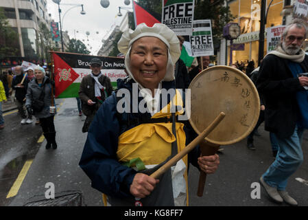 London, UK. 4th November 2017. Reverend Sister Yoshie Maruta from Milton Keynes on the march on the 100th anniversary - Stock Photo