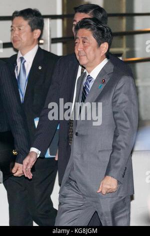 Tokyo, Japan. 5th November, 2017. Japan's Prime Minister Shinzo Abe leaves the teppanyaki restaurant Ukai-tei in - Stock Photo