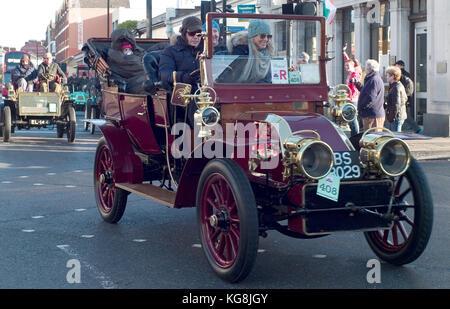 London, UK. 05th Nov, 2017. Participants in the Bonhams London to Brighton Veteran Car Run drive through south London, - Stock Photo
