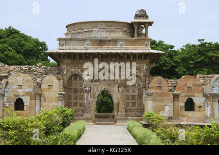 Outer view of a large dome built over a podium, Jami Masjid (Mosque), UNESCO protected Champaner - Pavagadh Archaeological - Stock Photo