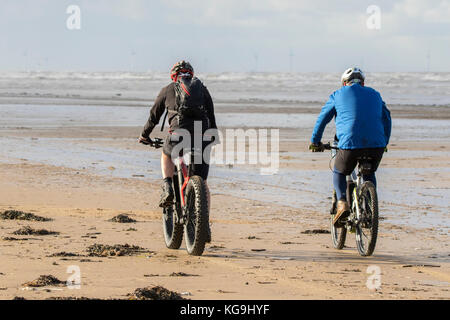 Southport, Merseyside, Sunny in Southport. 5th November 2017. UK Weather.  On a beautiful sunny start to the day, - Stock Photo