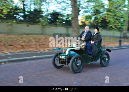 London, UK. 5th Nov, 2017.  A 1903 De Dion Bouton Two-seater (owner: The Honourable Sir David Marne) driving along - Stock Photo