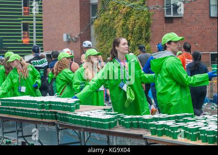 New York, USA. 5th Nov, 2017. Volunteers hand runners cups of water and Gatorade in the New York City marathon on - Stock Photo