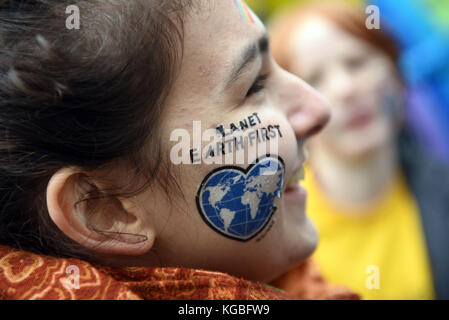 Bonn, Germany. 6th Nov, 2017. A participant of the Greenpeace protest with the slogan 'Kids for Earth' wears an adhesive picture with the text 'Planet Earth First' in Bonn, Germany, 6 November 2017. Credit: Henning Kaiser/dpa/Alamy Live News