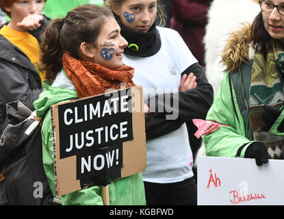 Bonn, Germany. 6th Nov, 2017. Kids and youth holding banners during a Greenpeace protest with the slogan 'Kids for Earth' in Bonn, Germany, 6 November 2017. Credit: Henning Kaiser/dpa/Alamy Live News