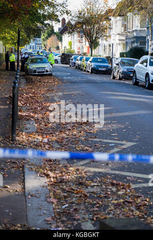 Harringay, North London, UK. 6th November 2017. Police close off Frobisher Road in the Harringay Ladder area of - Stock Photo