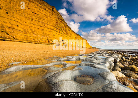 Burton Bradstock, Dorset, UK. 6th Nov, 2017. UK Weather. The golden cliffs and limestone pavement at the beach at Burton Bradstock in Dorset which look spectacular under blues skies and sunshine on a settled autumn day. Picture Credit: Graham Hunt/Alamy Live News