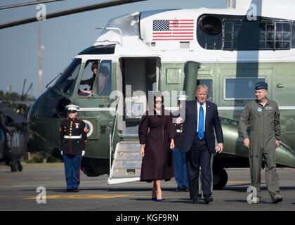 Fussa, Japan. 07th Nov, 2017. U.S President Donald Trump walks with First Lady Melania Trump as he speaks to Lt. - Stock Photo