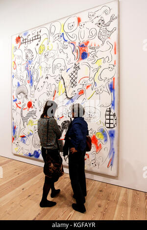 New York, United States. 07th Nov, 2017. Visitors looking at the work of American artist Laura Owens during a press - Stock Photo