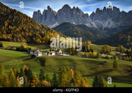The village of Santa Magdalena in Val di Funes with Odle group dolomites on background during fall season. Alto - Stock Photo